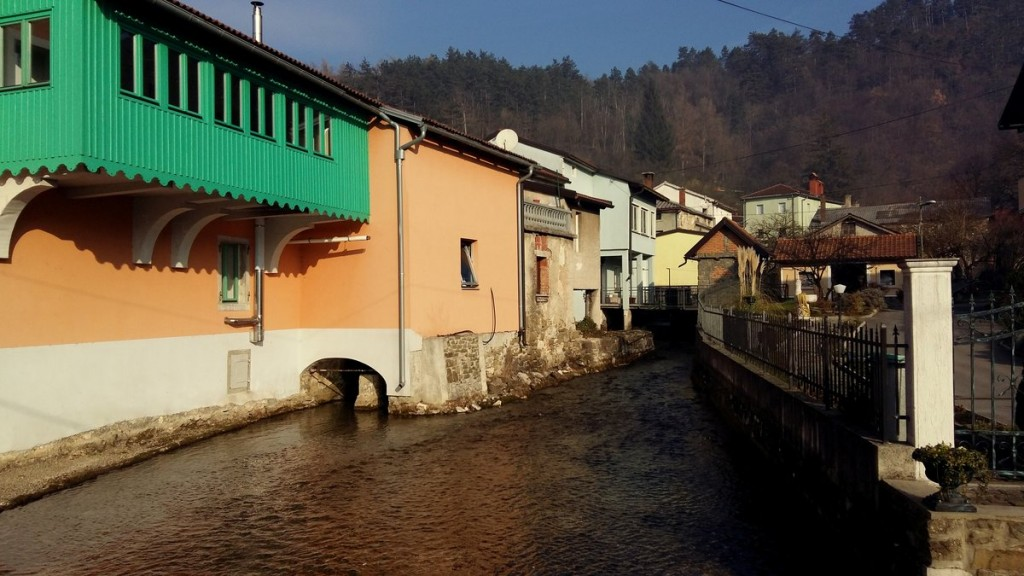 Houses on the stream. Photo by Anja Pugelj.